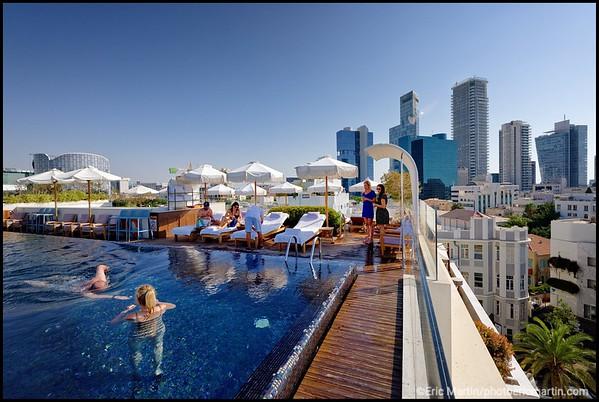 ISRAEL. TEL AVIV BAUHAUS. L HOTEL NORMAN SITUÉ AU COEUR DE LA VILLE BLANCHE. Piscine sur le toit du boutique Hotel Norman qui s'est imposé comme l'adresse luxe de la capitale.