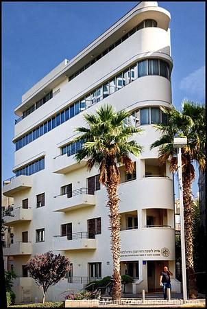 ISRAEL. TEL AVIV BAUHAUS.  Un bâtiment  ( 1 rue montefiore ) de style moderniste datant des années 20 et conçu comme un bateau  dont la proue pointe vers la Tour Shalom.  Architecte : Yitzhak Schwarz. Rénovation et extension (2011) réalisées par Amnon Bar Or Architects.