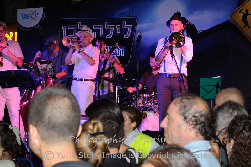 White night in Tel Aviv. Dixieland band.