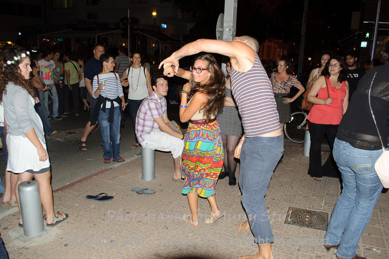 White night in Tel Aviv. Dancing, dancing, dancing...