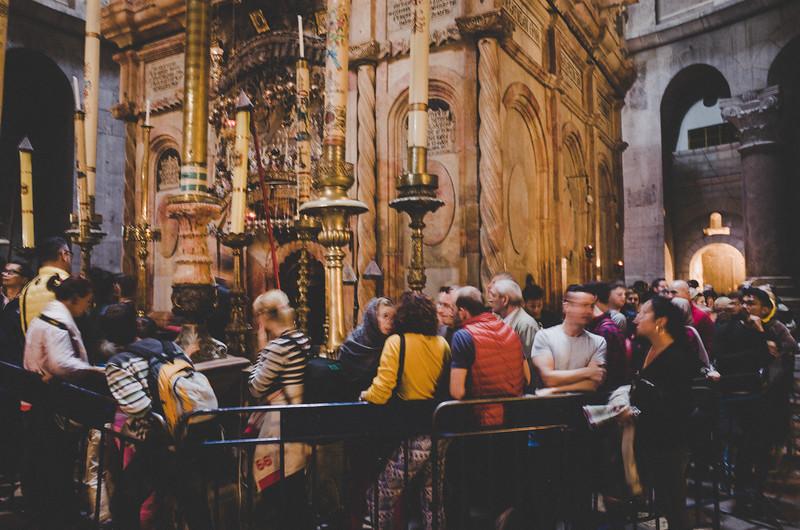 Warten auf Einlaß zum Grab Jesu