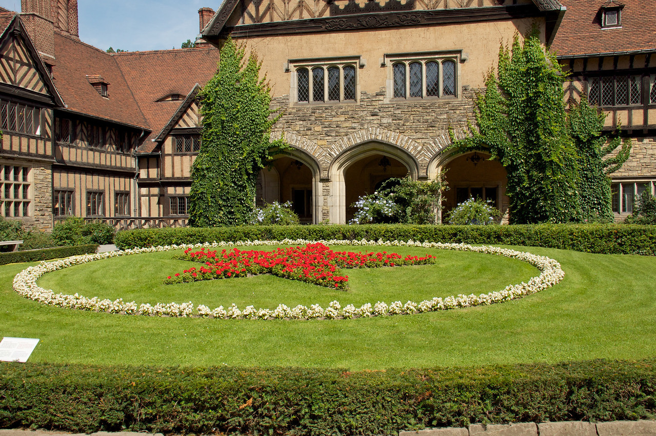 """This star of red geraniums framed with blue hydrangeas was planted in July 1945 for the coming conference of the """"Big Three"""". Therefore, it too is an historically relevant part of the external framework of the Potsdam conference."""