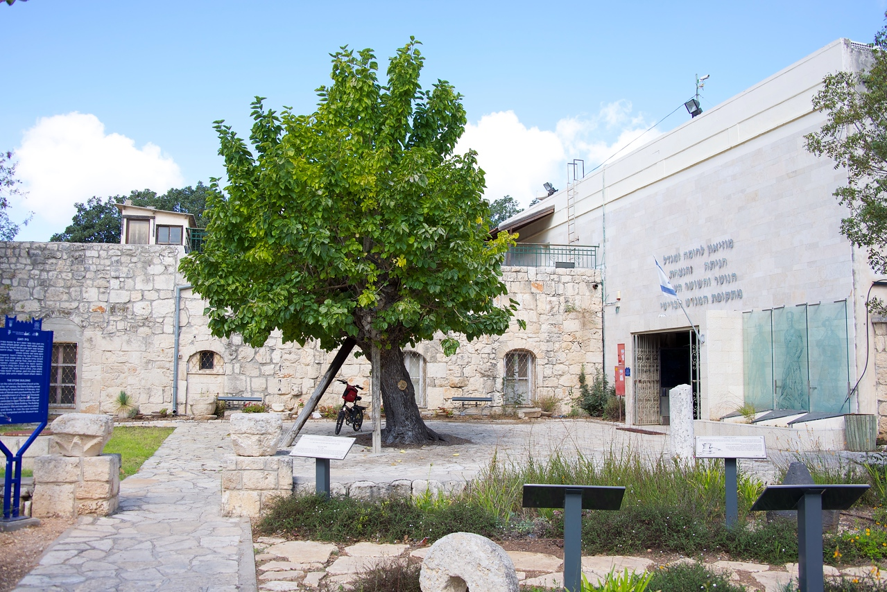 April 1938 first Haganah forces ascend to Upper Hanita and built camp around this stone building. The building was rennovated in 1943, it was used for a cultural center and library.