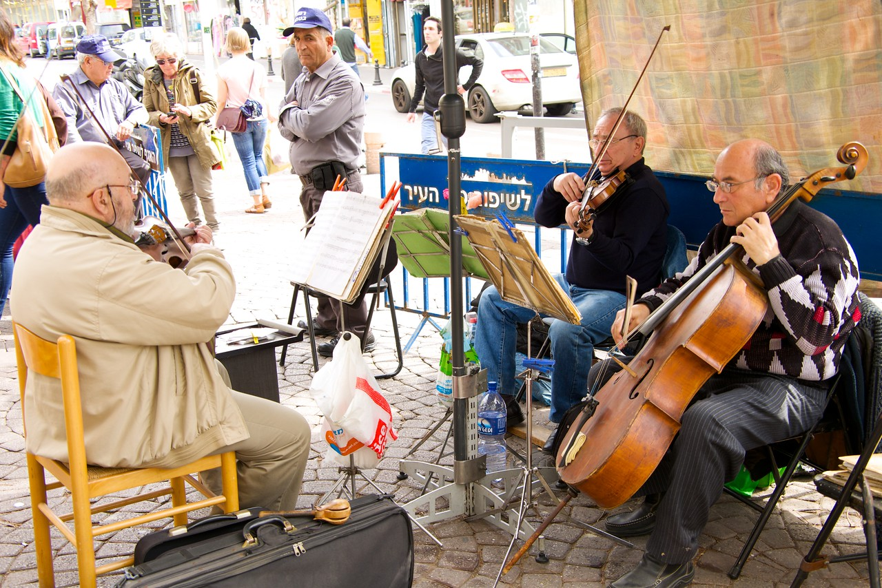 Musicians at Nachalat Binyamin Entrance