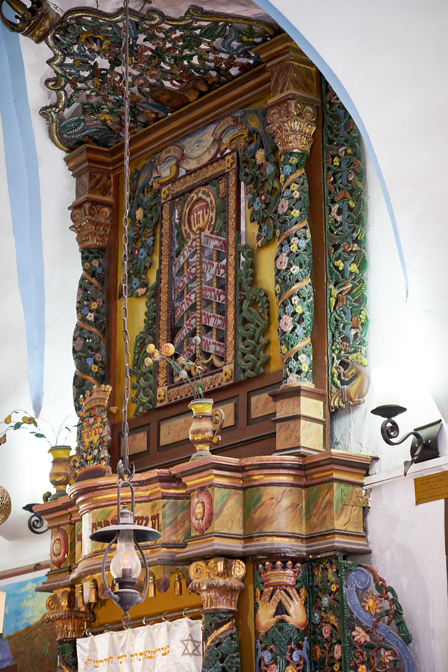 On the southern wall, the Holy Ark carved in wood by a craftsman from Galicia in the style of eastern European synagogues.