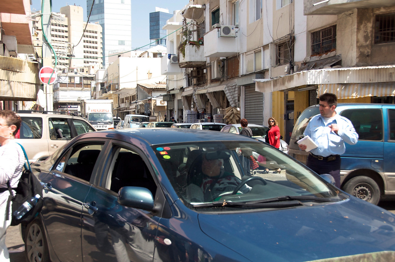 Traffic Jam… Police Take Charge Quickly
