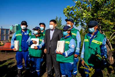 """2021 оны зургадугаар сарын 5. Монгол Улсын Ерөнхий сайд Л.Оюун-Эрдэнэ, Нийслэлийн Засаг дарга бөгөөд Улаанбаатар хотын захирагч Д.Сумъяабазар болон Баянгол дүүргээс УИХ-д сонгогдсон УИХ-ын гишүүд болон бусад албаны хүмүүс өнөөдөр Баянгол дүүрэгт ажиллалаа.  Төмөр замын ар талын төв зам дагуух ногоон байгууламжтай талбайг """"Найрамдлын цэцэрлэгт хүрээлэн"""" болгон тохижуулах, дулааны шугам сүлжээг шинэчлэх, хуучны нийтийн орон сууцнуудын дулаан алдагдлыг бууруулах дулаалгын ажил, шинээр барих автозамын зураг, гэр хорооллын дахин төлөвлөлт, гандан орчмын гэр хорооллын дэд бүтцийн шийдэл Баянхошуу дэд төвийн шинээр баригдсан усан санг тус тус  үзэж, дээрх төслүүдийн хэрэгжилтийн явцын мэдээллийг сонсож,  тулгамдаж байгаа асуудлын талаар  санал солилцлоо.    Найрамдлын цэцэрлэгт хүрээлэн  Төмөр замын буудлын хойд талын зам дагуу байрлах цэцэрлэгт хүрээлэн баруун зүүн 2 хэсгээс бүрддэг. Баруун хэсгийг 2019 онд УБТЗ ХНН-ээс өөрийн хөрөнгөөр тохижуулсан байна. Харин  зүүн хэсгийг дүүргийн болон мөн л УБТЗ ХНН-ийн хамтын нийт 425.0 сая төгрөгийн хөрөнгөөр энэ онд багтаан иж бүрэн тохижуулахаар төлөвлөсөн бол цэцэрлэгт хүрээлэнгийн арын туслах авто замын шинэчлэлийн ажил 2021 оны улсын төсвийн хөрөнгөөр хэрэгжих аж.  Ашиглалтын шаардлага хангахгүй нийтийн зориулалттай орон сууцны """"Дахин төлөвлөлт""""  Нийслэлийн хэмжээнд 2014-2019 онд ашиглалтын шаардлага хангахгүй, газар хөдлөлтөд тэсвэргүй нь тогтоогдсон нийтийн орон сууцны нийт 57 барилгын ашиглалтыг хориглосноос Баянгол дүүрэгт 2015-2021 онд 37 барилгыг буулган, дахин төлөвлөж, барилгажуулах тухай шийдвэр гарч, 17 багцын 15 барилгад төсөл хэрэгжүүлжээ.  Энэ хүрээнд 24 айлын 3 орон сууцыг буулган 246 айлын 3 орон сууц ашиглалтад оруулж, энэ жил нэмж 3 байршилд сонгон шалгаруулалт зарлаад байна.  Тэгвэл дүүргийн хоёрдугаар хороон дахь Баруун дөрвөн замын баруун талд байрлах 6 байр, 20 дугаар хороо Номин агуулах худалдааны төвийн урд нийт 7 байрны төсөл хэрэгжүүлэгч шалгаруулах тендер сонгон шалгаруулалтыг Нийслэлийн Хот байгуулал"""