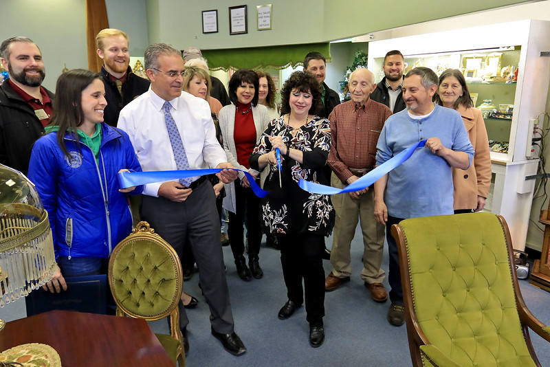 A ribbon cutting for Italian Treasures in Leominster was held on March 8, 2019. Owner Rosemarie Dowey cuts the ribbon with her employees, family and city employees. Next to her, in white shirt, is Leominster Mayor Dean Mazzarella. SENTINEL & ENTERPISE/JOHN LOVE