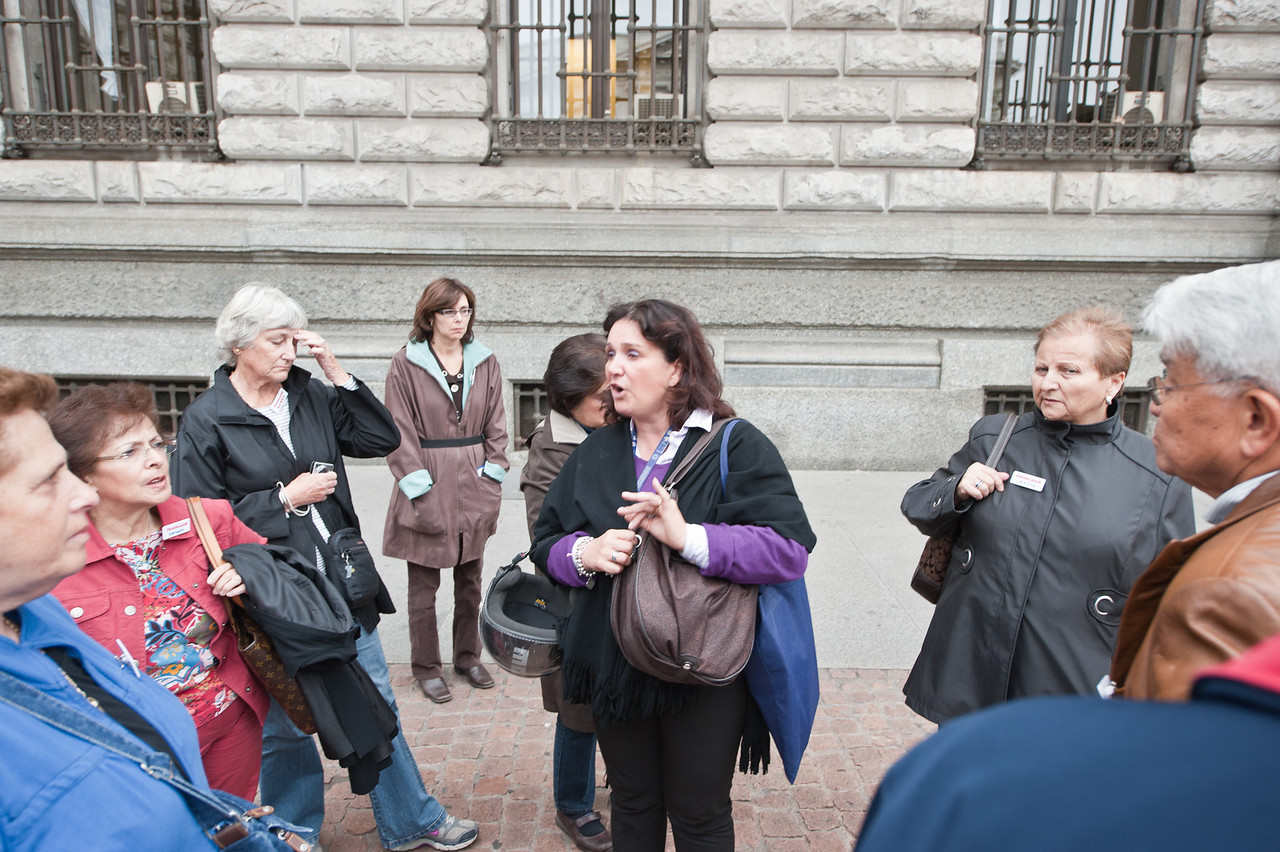 A tour guide explaining the history of Milaan