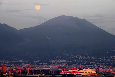 Moon_Over_Vesuvius_+++_D3S6312-P