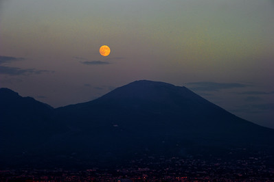 Moon-Over_Vesuvius_D3S6315