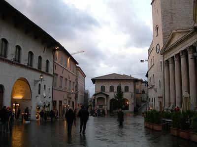 To the right, the Temple of Minerva  A destra il Tempio di Minerva