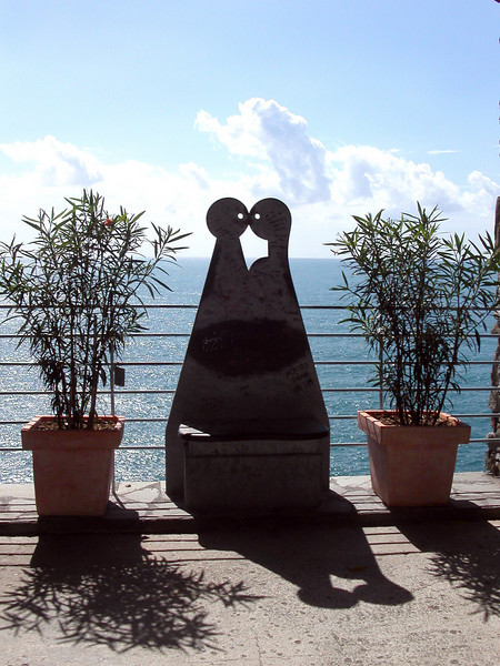 7 This sculpture is the symbol of. Via del Amore, Cinque Terra, Italy
