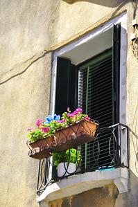 Venetian window box
