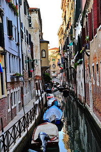 Venice_canal_boats-moored_D3S4577