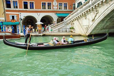 Venice_Gondola_approaching_Rialto_D3S0341