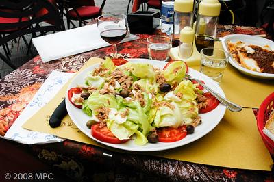 Insalata con tonno, pomodoro e olive