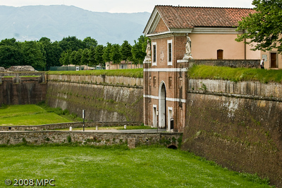 Wall surrounding the city and Porta (gate/entrance) to the City of Lucca