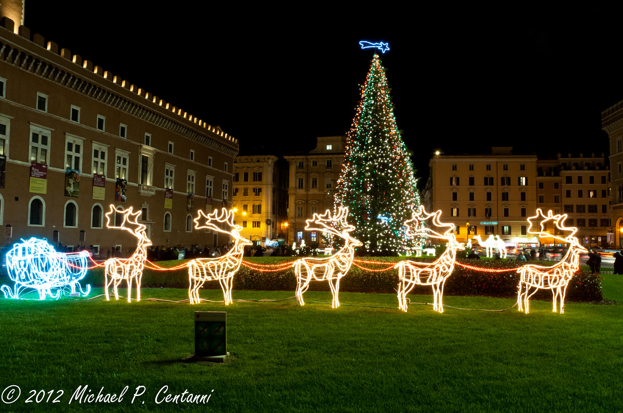 Christmastime outside The Monumento Nazionale a Vittorio Emanuele II
