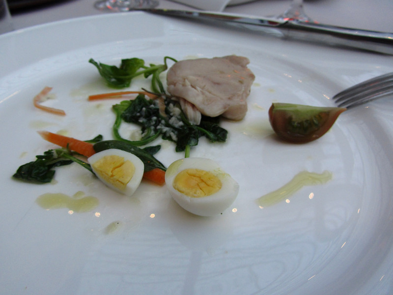 Coniglio con spinaci e una uova di quaglia