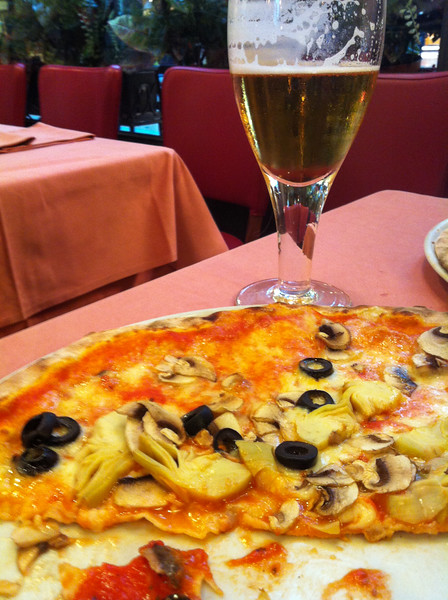 Pizza with artichokes and olives... and a beer!