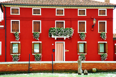 Burano_Red_Bldg_White_flowers_D3S4847