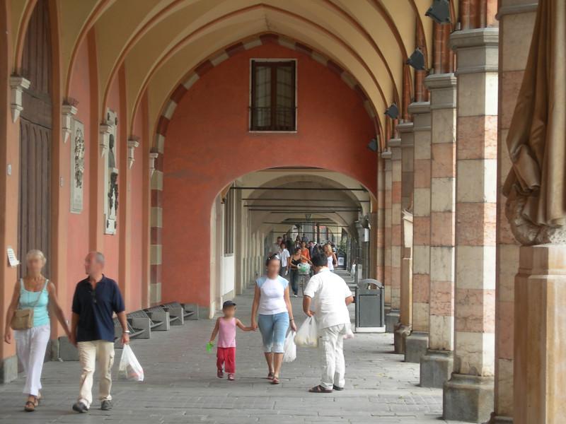 Umberto Street, which leads from Prato della Valle Square to the railway station.<br /> <br /> Via Umberto, che dal Prato della Valle porta verso la stazione.