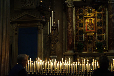 Pisa_Cathedral_worshipers-candles_D3S0226