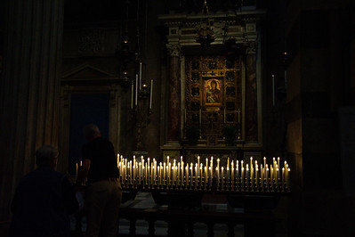 Pisa_Cathedral_man-lighting-candle_D3S0227