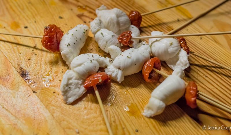 Mozzarella Della Murgia Con Pomodoro Secco E Origano Di Bosco