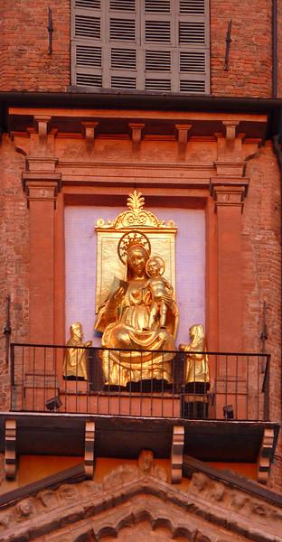 Duomo di Reggio Emilia, Madonna con Gesù Bambino ed i committenti, coniugi Fiordibelli. Realizzata da Bartolomeo Spani.