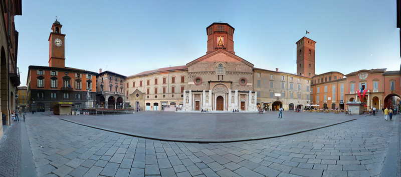 Reggio Emilia, Piazza Duomo. Da sinistra Palazzo del Monte, statua del Crostolo, Cattedrale, Torre del Bordello,  Municipio.<br /> <br /> Stitched panorama made with Autopano Giga out of 30 images.