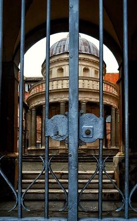 """""""Chiuso - Closed"""" - Chiesa di San Pietro in Montorio - Roma"""