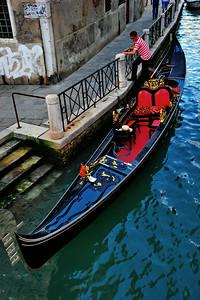 Venice_Gondola+Gondolier_D3S4459