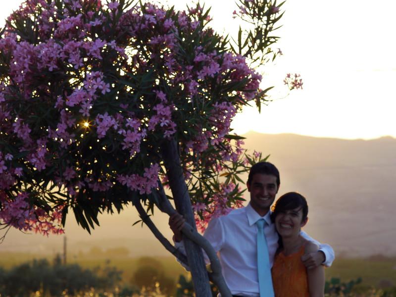 Lorenzo appena vede un tramonto ed un oleandro è subito pronto per una foto. Alessandra viene coinvolta suo malgrado.