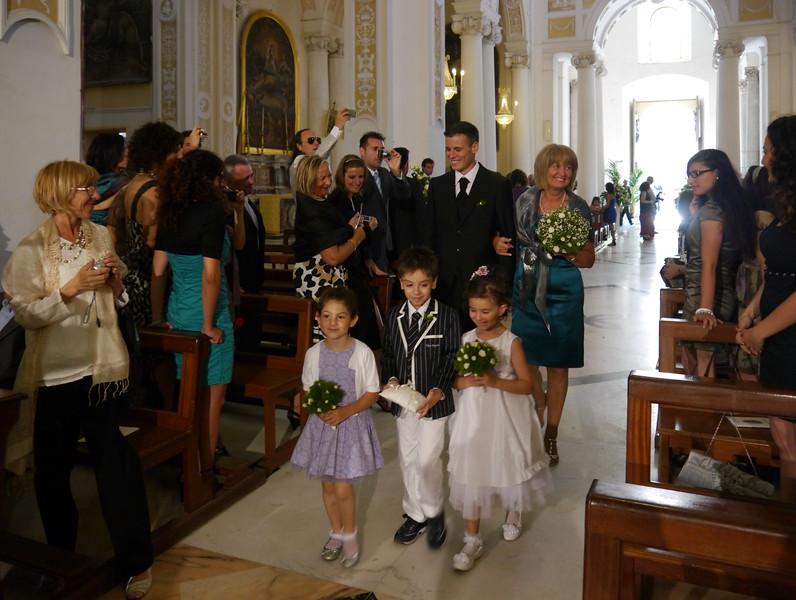 Andrea percorre la navata fra il giubilo del popoloa fianco a mamma Ilda.