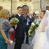 Andrea accoglie Daniela sulle soglie della chiesa.