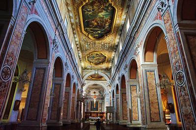 Sorrento_church-ceiling+pillars_D3S0102