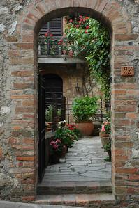 A flower filled courtyard in Montefollonico.