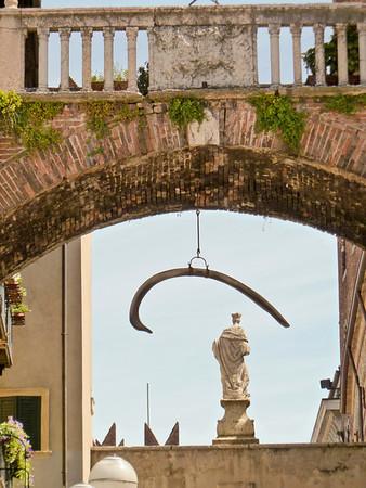 Arco della Costa with the whale rib, Italy, Piazza delle Erbe
