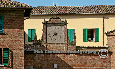 One hand clock near entrance of Siena