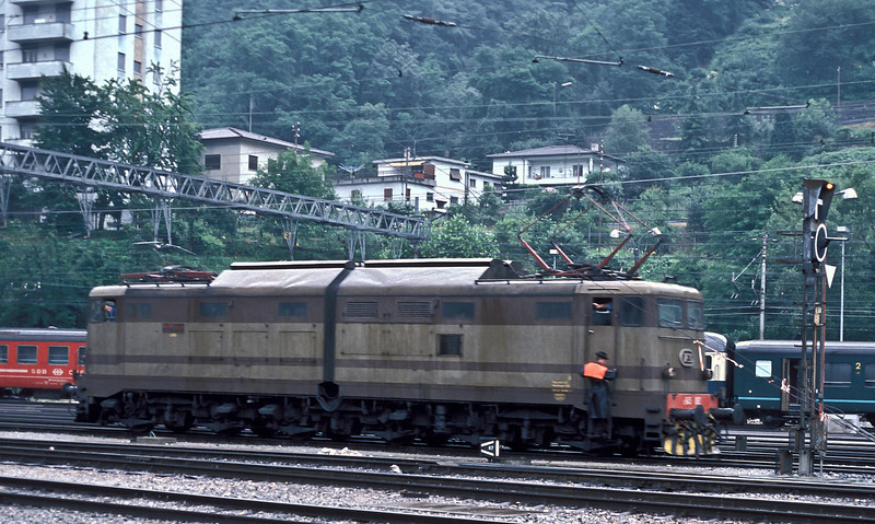 E645.082 runs around a freight service at Chiasso on 3 July 1988