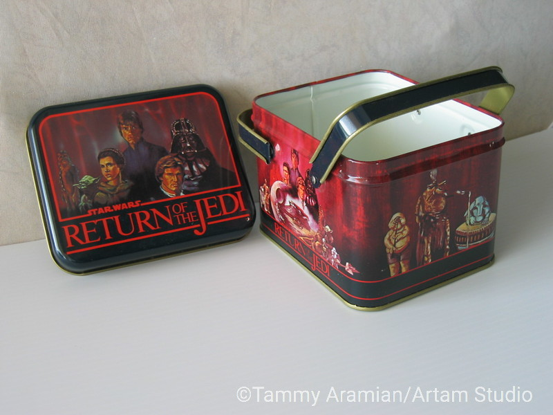1983 Return of the Jedi metal tote with two swivel handles and removable lid, artwork on lid and sides of various scenes and characters. Very nice item. Minty, no rust or dents. <br /> $50