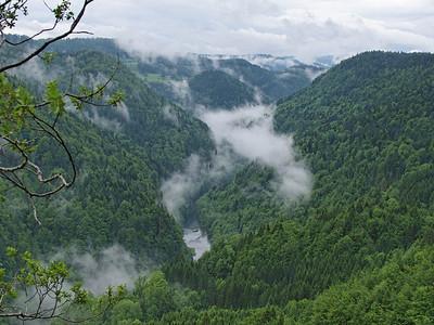 Belédère des Vieilles Femelles, les gorges du Doubs dans la brume