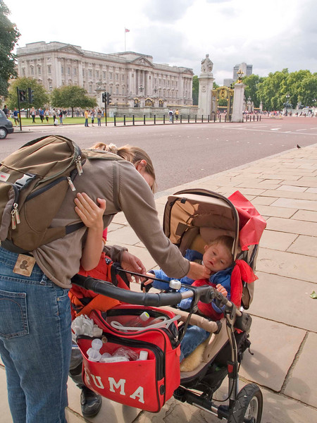 Saturday 28th July 2007 - Cai wanted to see if the Queen was at home, so here we are at buckingham palace