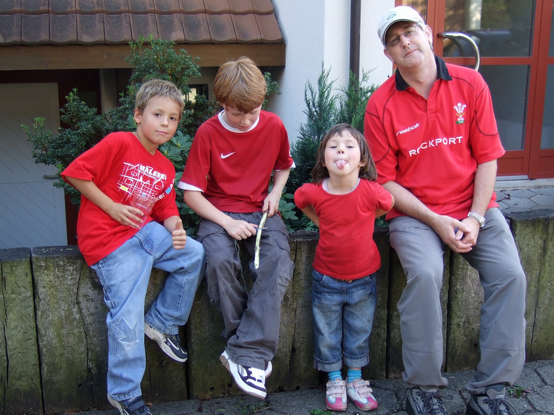 Sunday 16th sep 2007 - Even if Cai didn't wear his Wales top, Oliver and two of our neighbour's kids made the effort ;-), Well done Wales by the way, they lost to Australia but are still looking the most promising of the home teams.
