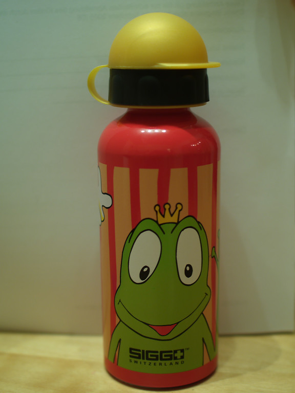 Itsy gets a sigg drink bottle