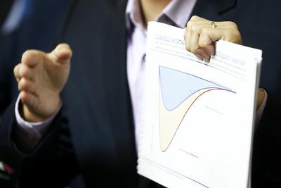 """2020 оны гуравдугаар сарын 24. """"COVID19: Эдийн засаг дахь нөлөө буюу компани дампуурах, иргэд ажилгүй болох, ядуурал гүнзгийрэхээс сэргийлэх арга хэмжээ, судалгаа"""" сэдвээр мэдээлэл хийлээ.   ГЭРЭЛ ЗУРГИЙГ Б.БЯМБА-ОЧИР/MPA"""