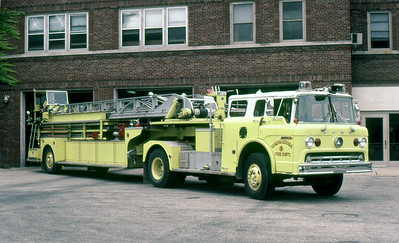 WAUWATOSA FD WI  LADDER 1  FORD C - SEAGRAVE   100' TDA