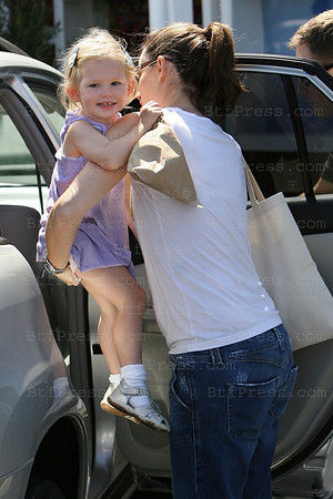 Jennifer Garner with her daughter Violet have a Lunch in Brentwood.